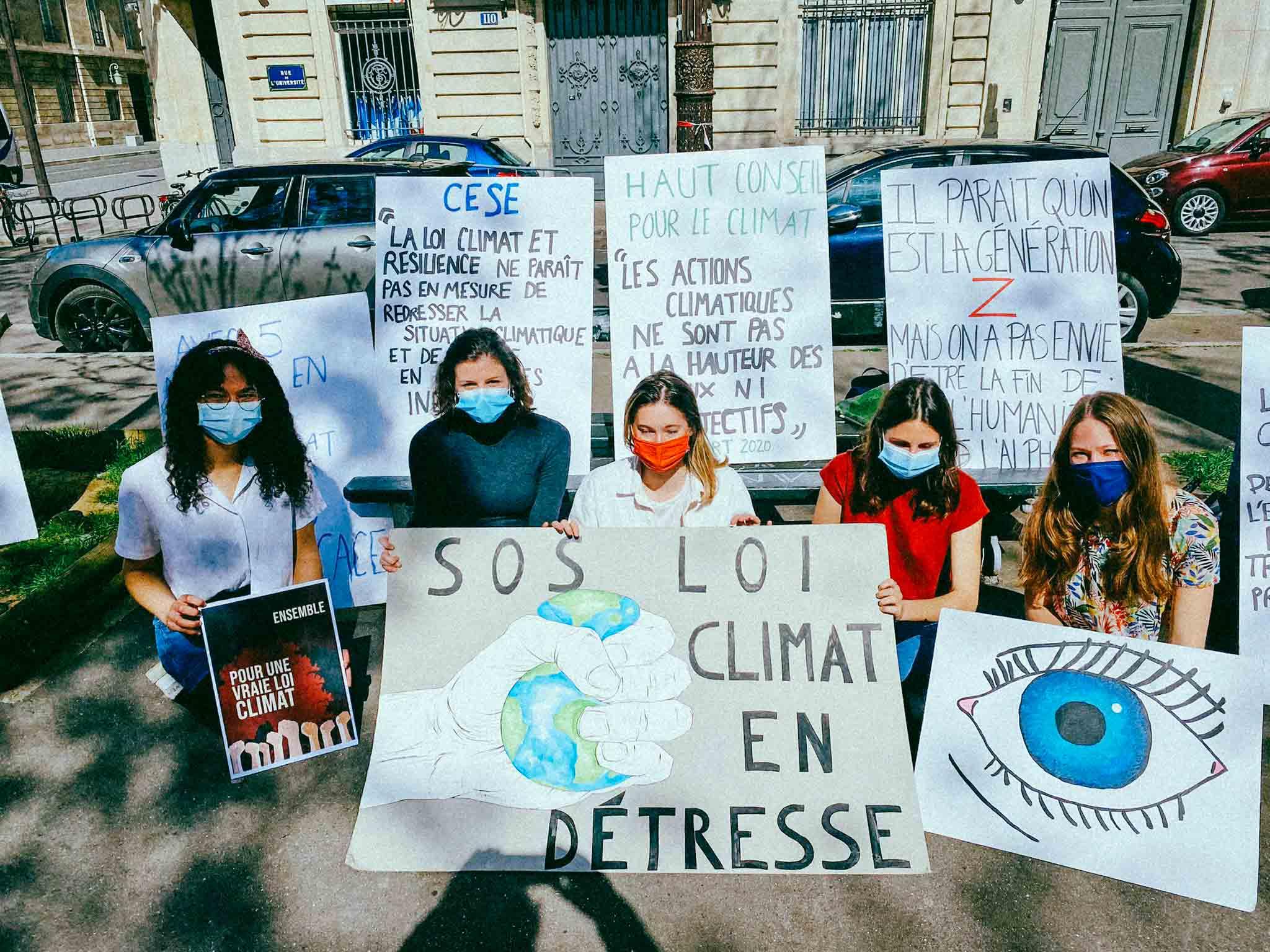 Devant l'Assemblée, une poignée de jeunes activistes fait «prendre l'air» à la loi climat